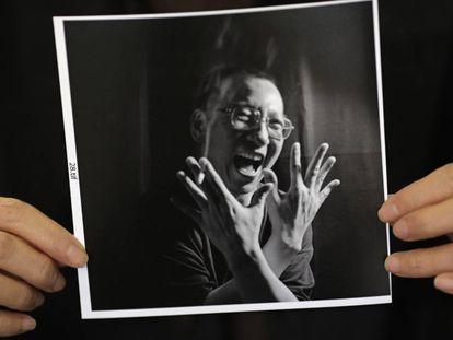 Fotografía de Liu Xiaobo, disidente chino recientemente fallecido, mostrada por su mujer durante una entrevista realizada en 2010.