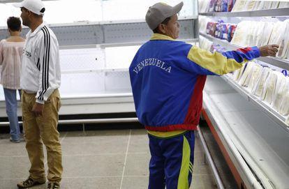 arias personas compran alimentos en un supermercado estatal el pasado 9 de enero en Caracas.