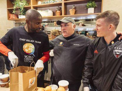 El chef José Andrés, con dos futbolistas voluntarios de Food For Feds en Washington. En vídeo, El chef José Andrés reparte comida a los funcionarios afectados por el cierre de la Administración Trump.