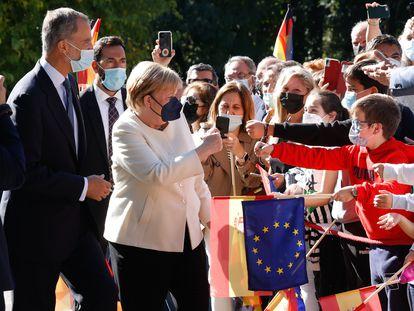 La canciller alemana, Angela Merkel, antes de recoger el premio europeo Carlos V, en Cuacos de Yuste (Cáceres), acompañada del rey Felipe VI.
