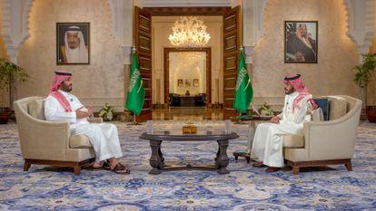 El príncipe heredero saudí, Mohamed Bin Salmán, a la izquierda, durante la entrevista del pasado martes en la televisión saudí.