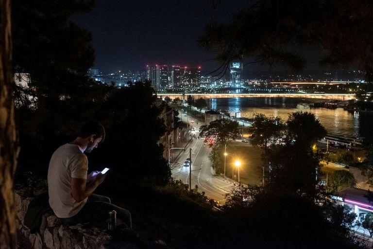 Un hombre está sentado en la fortaleza de Kalemegdan, en Belgrado, Serbia, el pasado 19 de septiembre.