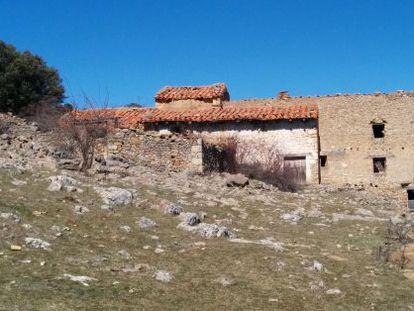 El mas de Badal, al mig del pla de Vistabella, on els xiquets anaven a l'escoleta rural.