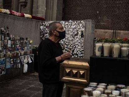 Jorge Sánchez, reza por su hermano Alberto en el memorial de la basílica.