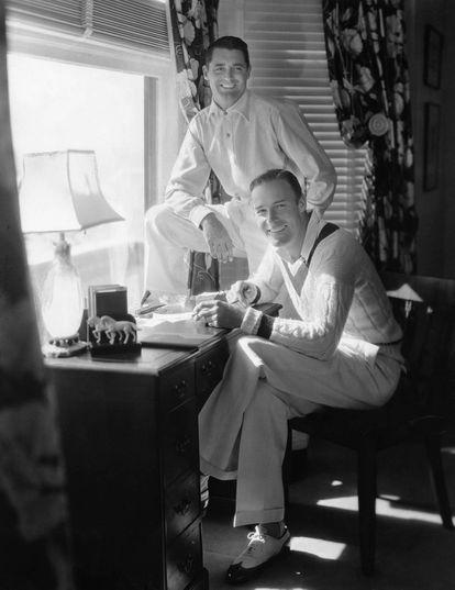 Cary Grant, de pie, y Randolph Scott posan en la casa que compartieron en Santa Mónica.