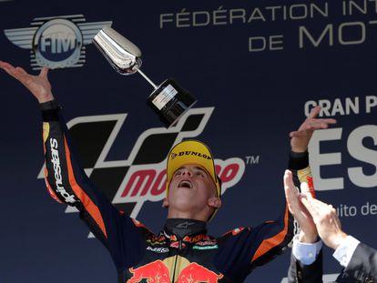 El piloto de Moto3 Pedro Acosta (KTM) levanta el trofeo tras ganar el Gran Premio de España en el Circuito de Jerez de la Frontera (Cádiz).
