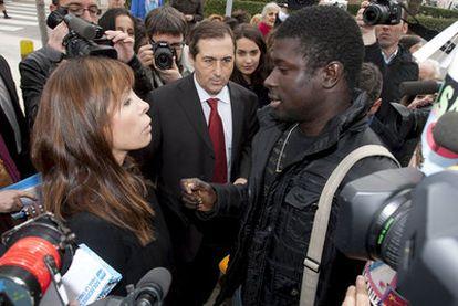 Un inmigrante abordó ayer en Barcelona a Camacho para preguntarle por la política de inmigración del PP.