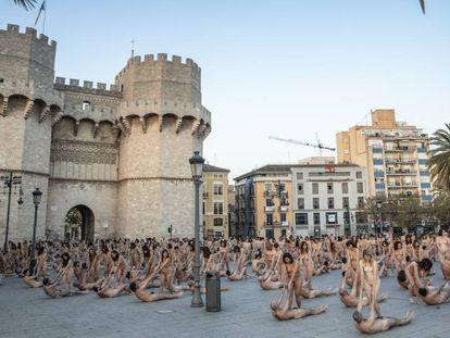 Acción artística del fotógrafo Spencer Tunick este sábado en Valencia.