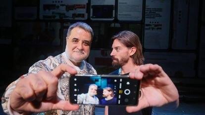 Esteve Ferrer y Adrián Lastra, director y protagonista de la obra teatral 'Privacidad', en el Teatro Marquina.