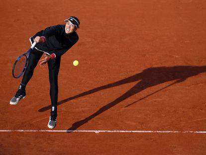 Muguruza sirve durante el partido contra Pliskova en la pista Suzanne Lenglen de París.