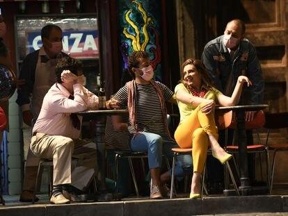 Sabina Puértolas junto a varios integrantes del Coro de Ópera de Bilbao durante 'Il turco in Italia', ayer en el Palacio Euskalduna de Bilbao.