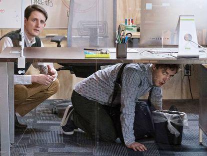 El personaje de Thomas Middledithch (derecha) vomita en una papelera delante de todos sus trabajadores en 'Silicon Valley'.