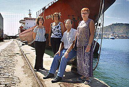 De izquierda a derecha, Isabel y Ana Moya, Nemesio Matamoros y Mayte Fortanete, en el puerto de Barcelona.