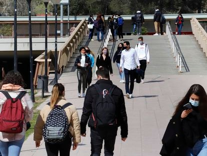 Bellaterra. Estudiantes en el campus de la Universidad Autonóma de Barcelona.