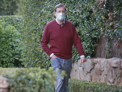 Mariano Rajoy saliendo de su casa, en una urbanización de Aravaca, en Madrid.