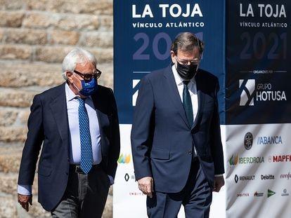 Los expresidentes del Gobierno Felipe González y Mariano Rajoy, al comienzo del III Foro La Toja-Vínculo Atlántico, este jueves.