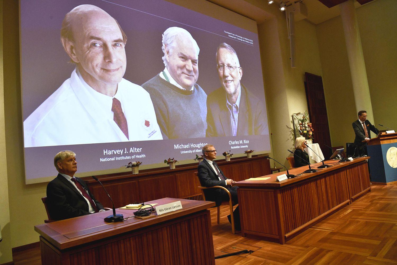 Un comité del Instituto Karolinska anuncia la concesión del Nobel de Medicina a los virólogos Harvey J. Alter, Michael Houghton y Charles M. Rice.