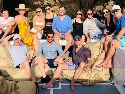 Jeff Bezos, en el barco junto a sus amigos.