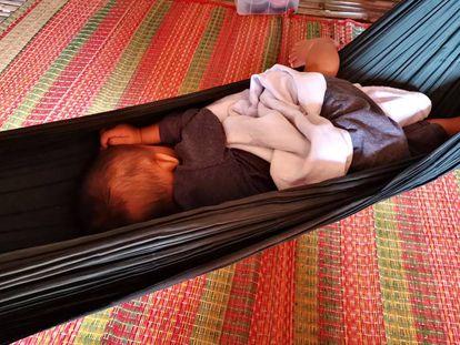 El pequeño Li, gestado en un vientre de alquiler, se echa la siesta en una hamaca de su inesperado hogar camboyano.
