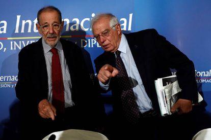 El ministrode Exteriores, José Borrell, derecha, junto al exsecretario general de la OTAN Javier Solana.