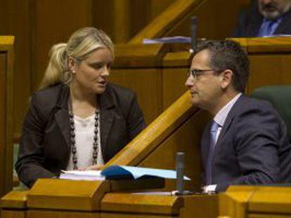 Mari Mar Blanco charla con el presidente del PP vasco, Antonio Basagoiti, ayer durante el pleno.