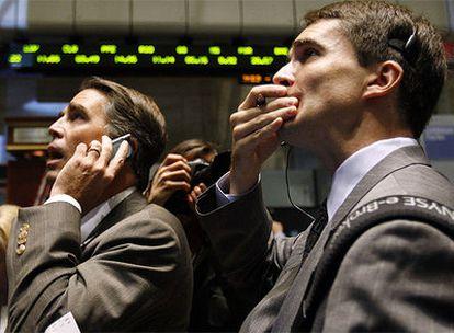 El gesto de preocupación en los rostros de los inversores se ha convertido en una constante en las últimas semanas.- En la imagen, inversores en Wall Street durante la jornada de ayer