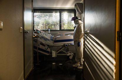 Un paciente con coronavirus, en urgencias del hospital La Paz, en Madrid.