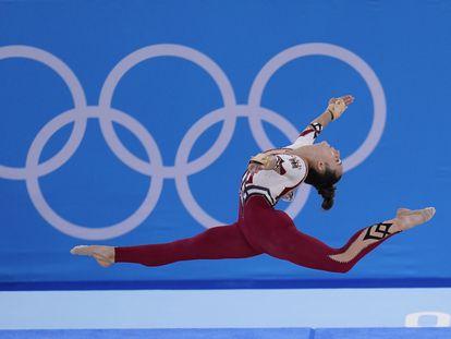 Sarah Voss durante uno de los ejercicios de suelo en los Juegos de Tokio.