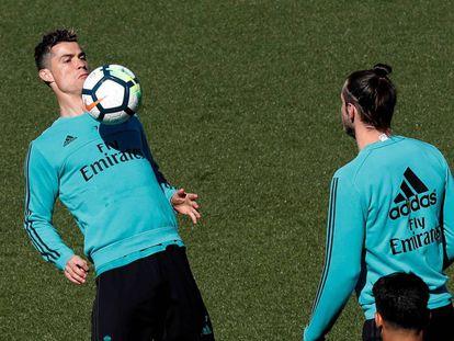Cristiano Ronaldo pelotea con Bale en el entrenamiento de este viernes.