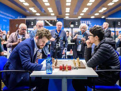 Magnus Carlsen (izquierda) frente a Alireza Firouzja el pasado enero en el Festiva Tata de Wijk aan Zee (Países Bajos)