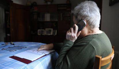Una pensionista habla por el teléfono fijo de su domicilio en Madrid.