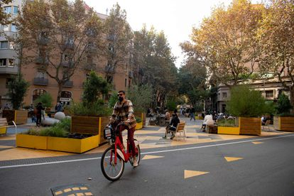 The constant parade of bicycles certifies the paradigm shift in Barcelona.  The switch from fuel to pedal is a reality, although for Gabi Martínez there is still much to do.