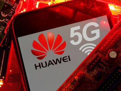 Un móvil 5G con el logo de Huawei.