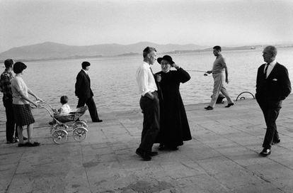 'Paseo en el muelle al atardecer', Santander, 1973.