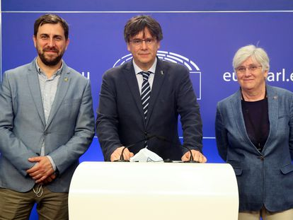 Toni Comín, Carles Puigdemont y Clara Ponsatí, en el Parlamento europeo.