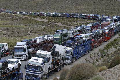 Comerciantes bolivianos protestan por la prohibición de importar coches usados.