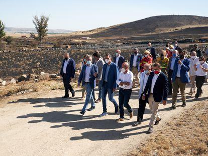 Pedro Sánchez, en el centro de la imagen, en su visita a parte de la zona afectada por los incendios en la provincia de Ávila.