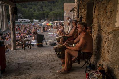 Ambiente de fiesta antes de caer el sol en Cala Benirrás, en Ibiza.