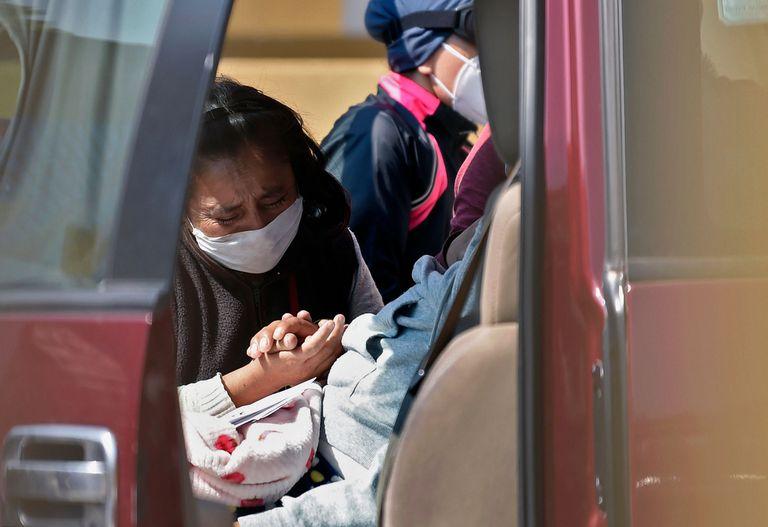 Una mujer se despide de un familiar afuera del Hospital General de Ciudad de México.