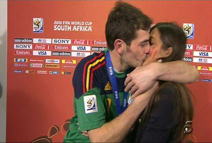 IKer Casillas besa a Sara Carbero tras ganar el Mundial.