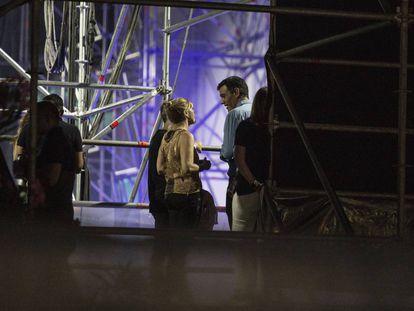 Pedro Sánchez (en el centro de azul) detrás del escenario Las Palmas esperando el concierto de The Killers.