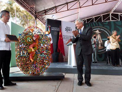 El presidente de México, Andrés Manuel López Obrador, junto al embajador chino, la semana pasada durante la ceremonia de disculpas por la masacre de 1911.