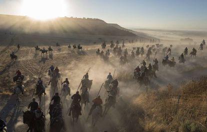 Caballistas guían a los toros de la ganadería Condessa del Sobrel durante la tercera jornada de los encierros de Cuéllar (Segovia).