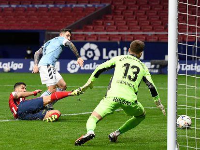 Luis Suárez marca su primer gol ante el Celta este lunes en el Wanda.