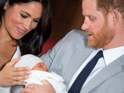 Enrique y Meghan presentan a su hijo Archie en el castillo de Windsor el 8 de mayo de 2018.