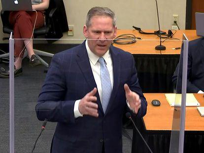El fiscal Steve Schleicher, este lunes en Minneapolis durante su alegato final, en el juicio contra el agente de policía Derek Chauvin por la muerte de George Floyd.