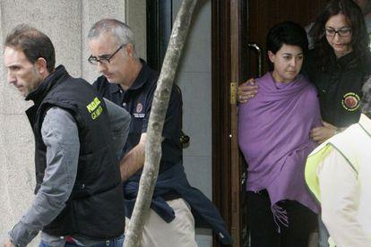 Los padres de Asunta salen de su piso tras un registro.