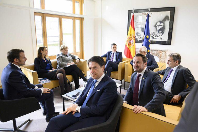 Pedro Sánchez, junto a algunos de sus homólogos de la UE, durante su viaje a Bruselas para la reunión extraordinaria del Consejo Europeo, el pasado 21 de febrero.