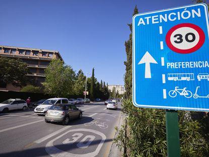 Calle Severo Ochoa de Granada con limitación de velocidad en uno de sus carriles a 30 kilómetros por hora.