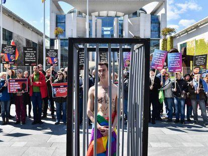 Activistas LGTB exigen en Berliln al presidente ruso, Vladímir Putin, que investigue lo ocurrido en Chechenia, en abril de 2017.